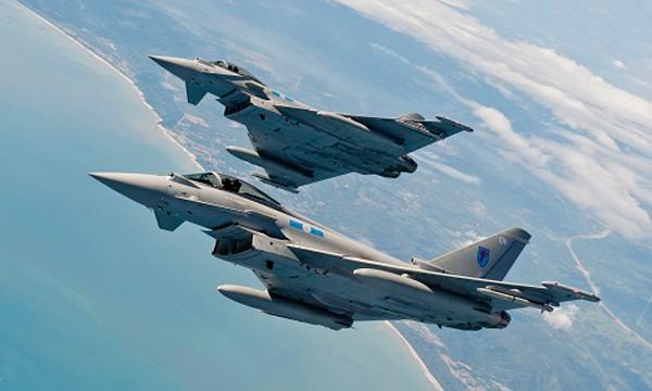 Hai tiêm kích Typhoon của không quân Hoàng gia Anh. Ảnh: Choualbox