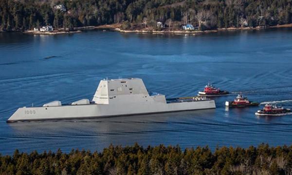 USS Zumwalt rời khỏi xưởng đóng tàu, trên đường tới lễ biên chế vào hải quân. Ảnh: USNI