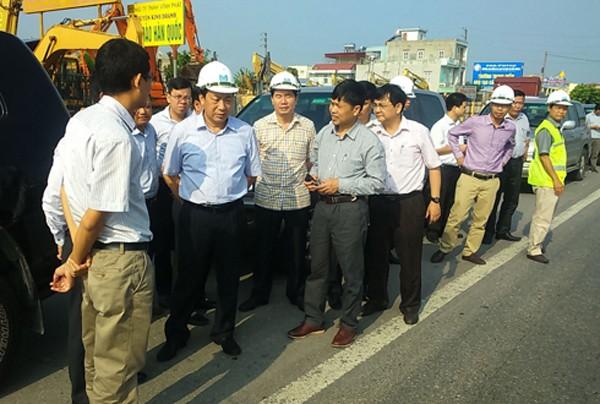 Lãnh đạo Bộ Giao thông Vận tải kiểm tra hiện trạng mặt đường quốc lộ 5. Ảnh: MT
