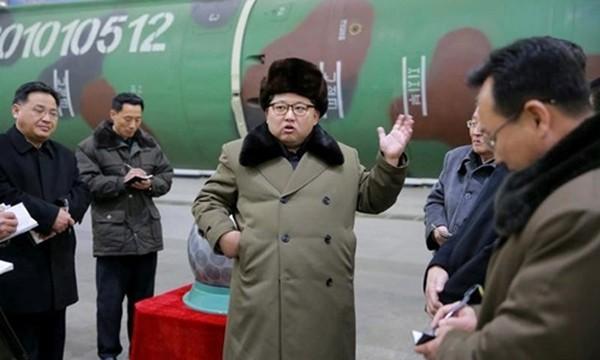 Nhà lãnh đạo Triều Tiên Kim Jong-un gặp các nhà khoa học và kỹ thuật nghiên cứu vũ khí hạt nhân ở Bình Nhưỡng. Ảnh: Reuters/KCNA.