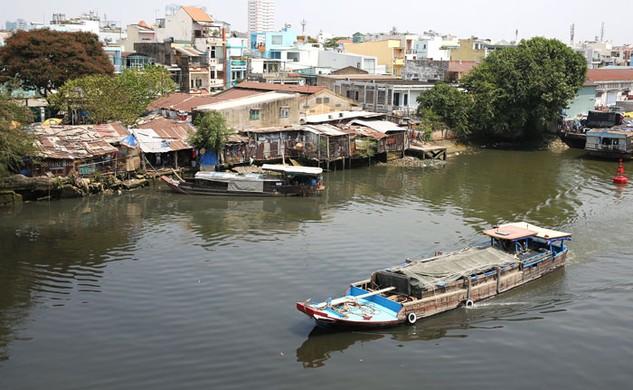 """Khu ổ chuột bên bờ kênh Đôi sẽ biến thành """"đất vàng"""" khi dự án di dân hoàn tất. Ảnh: Đinh Tuấn"""