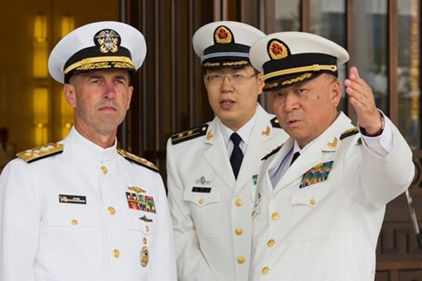 Đô đốc John Richardson (trái), Tham mưu trưởng Hải quân Mỹ, và người đồng cấp Trung Quốc, Đô đốc Ngô Thắng Lợi (phải), trong cuộc gặp ngày 18/7 ở Bắc Kinh. Ảnh: Reuters.