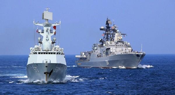 Tàu khu trục Trung Quốc (trái) và tàu Nga tham gia cuộc tập trận chung ở vùng Biển Đông ngoài khơi tỉnh Quảng Đông hôm 16/9. Ảnh: Xinhua