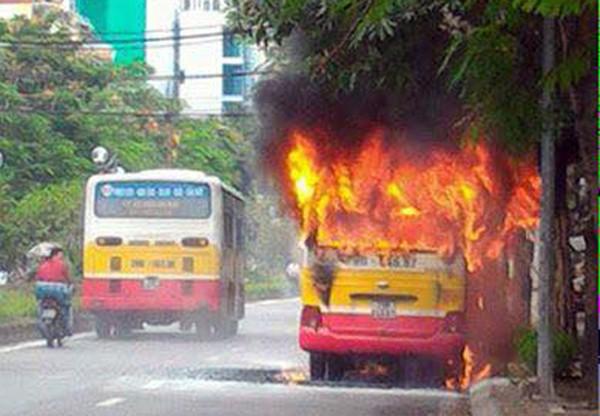 Xe buýt đang chạy bốc cháy dữ dội. Ảnh:Lê Nhân
