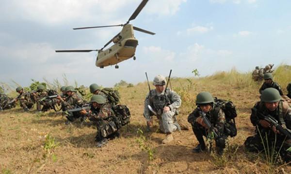 Các binh sĩ Mỹ và Philippines năm ngoái tham gia một cuộc tập trận chung tại trại huấn luyện quân sự Fort Magsaysay ở tỉnh Nueva Ecija, phía bắc Manila. Ảnh: AFP