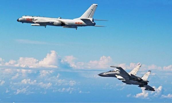 Oanh tạc cơ H-6K (trái) cùng chiến đấu cơ Su-30 của Trung Quốc bay qua eo Miyako ngày 25/9. Ảnh: Kyodo.