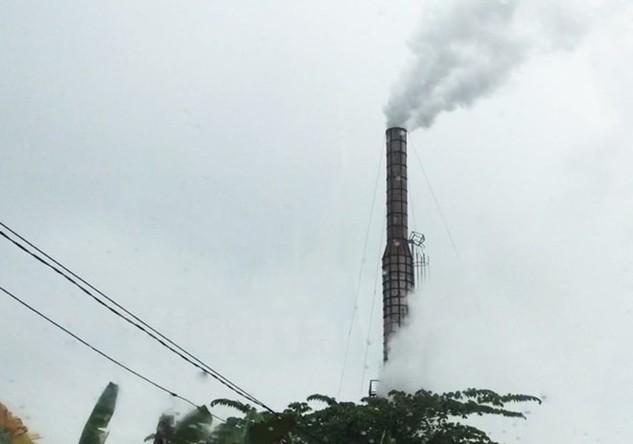 Lò gạch ngày đêm nhả khói vào môi trường tại huyện Sóc Sơn, thành phố Hà Nội. (Ảnh: PV/Vietnam+)