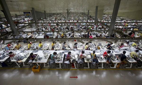 Các công nhân đang làm việc tại một nhà máy ở tỉnh Bắc Giang. Ảnh:Reuters.