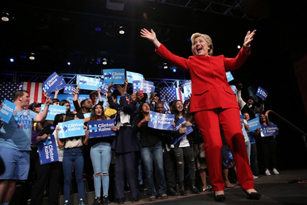 Bà Clinton và những người ủng hộ trong đêm tranh luận trực tiếp với ông Trump. Ảnh: Reuters