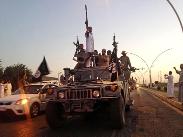 Phiến quân Nhà nước Hồi giáo diễu hành ở thành phố Mosul, Iraq. Ảnh: AP.
