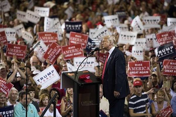 Ông Trump phát biểu trước hàng nghìn người ủng hộ ở sân bay Melbourne, Australia. Ảnh:New York Times