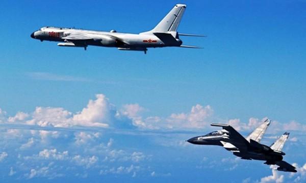 Máy bay ném bom H-6K của Trung Quốc (trên) và chiến đấu cơ Su-30 tập trận ở biển Hoa Đông. Ảnh:SCMP.