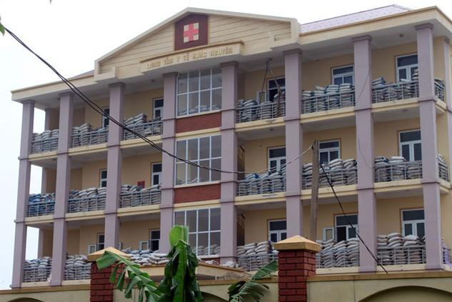 Khối nhà chính Trung tâm Y tế huyện Hưng Nguyên, Nghệ An bị nghiêng, lún khi mới đang trong giai đoạn hoàn thiện. Ảnh: Thế Dũng