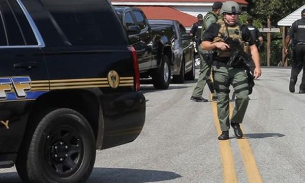 Lực lượng an ninh có mặt tại hiện trường vụ tấn công. Ảnh: USA Today