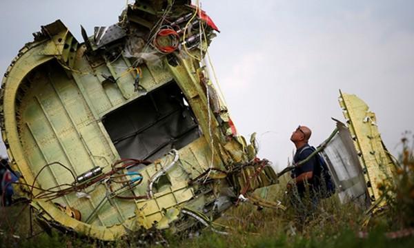 Hiện trường vụ rơi máy bay MH17. Ảnh: Reuters