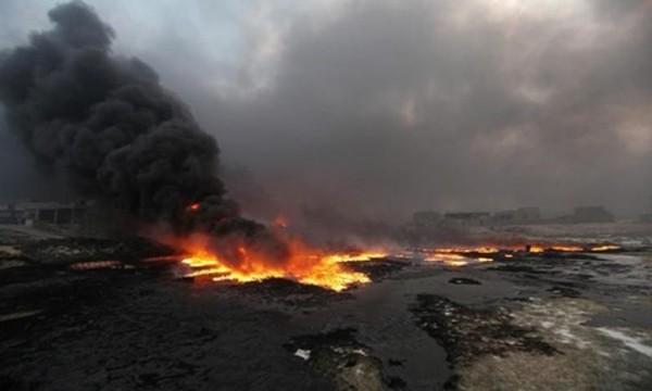 Lửa bốc lên từ các giếng dầu ở Qayyara, Iraq, hôm 29/8. Ảnh: Reuters