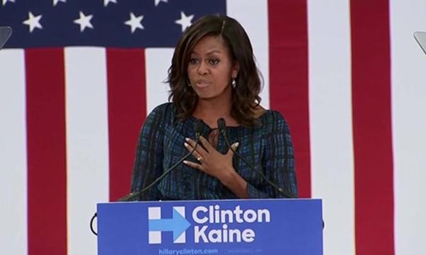 Đệ nhất phu nhân Mỹ Michelle Obama hôm qua phát biểu trước đám đông người ủng hộ bà Hillary Clinton tại Đại học La Salle ở Philadelphia. Ảnh:CNN