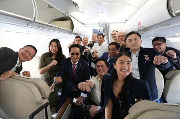 Phái đoàn Philippines selfie cùng Tổng thống trên chuyên cơ sang Việt Nam. Ảnh:Manila Bulletin News