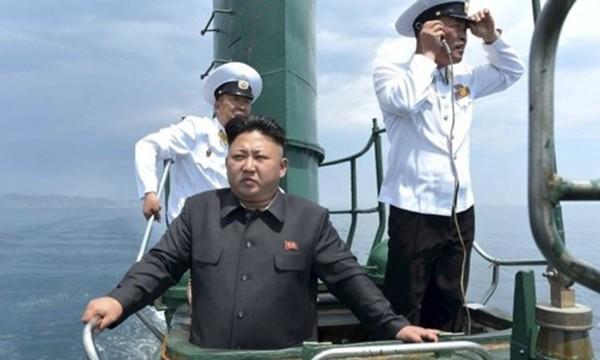 Nhà lãnh đạo Kim Jong-un trên tàu ngầm Triều Tiên. Ảnh: KCNA.
