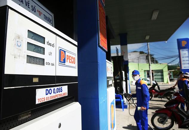 Để được cấp giấy phép kinh doanh xăng dầu, thương nhân phải đáp ứng nhiều điều kiện khắt khe. Ảnh: Lê Tiên