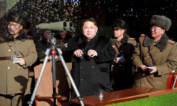 Nhà lãnh đạo Triều Tiên Kim Jong-un thị sát quân đội Triều Tiên tập trận. Ảnh:Japan Times.