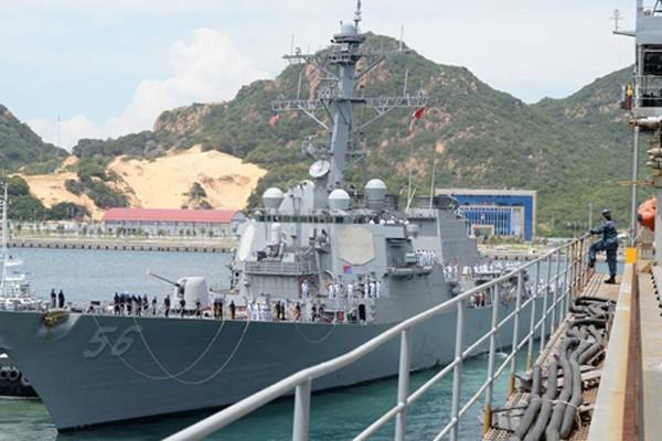 Tàu khu trục tên lửa dẫn đường USS John S. McCain ghé thăm Việt Nam. Ảnh: Mary Tarnowka