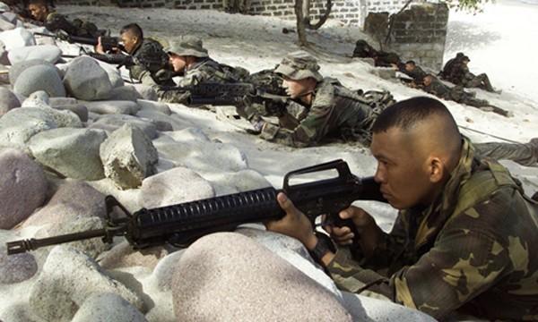 Lính thủy đánh bộ Mỹ và Philippines trong một cuộc tập trận chung năm 2013 ở tỉnh Cavite, phía nam thủ đô Manila. Ảnh: Reuters.