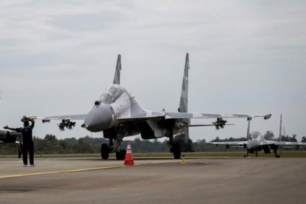 Chiến đấu cơ Sukhoi Indonesia hôm 3/10 hạ cánh xuống sân bay Hang Nadim, Batam, thuộc quần đảo Riau, sau khi huấn luyện cho cuộc tập trận quân sự. Ảnh:Reuters