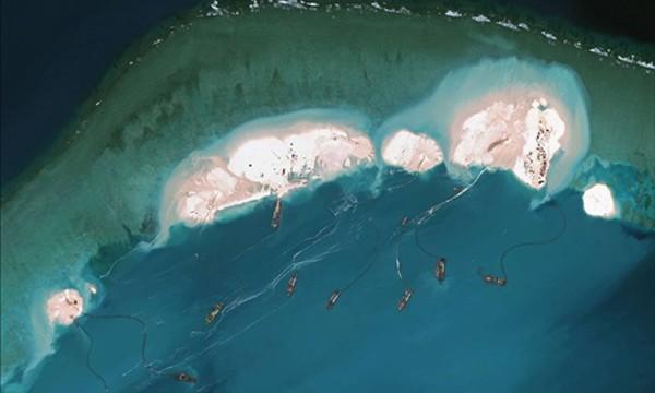 Hình ảnh vệ tinh cho thấy nhiều tàu Trung Quốc đang nạo hút cát tại đá Vành Khăn thuộc quần đảo Trường Sa của Việt Nam năm 2015. Ảnh: AFP