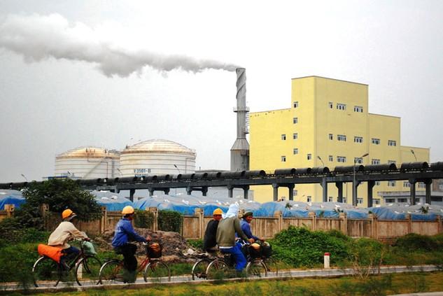 Nhiều cử tri kiến nghị phải có biện pháp hạn chế việc xả thải gây ô nhiễm môi trường tại các khu công nghiệp. Ảnh: Doãn Xuân