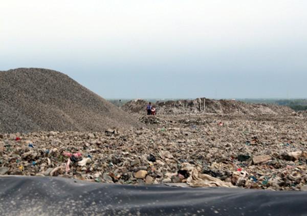 Khu chôn lấp rác và chứa nước thải của bãi rác Đa Phước phát sinh mùi hôi. Ảnh: Hữu Nguyên
