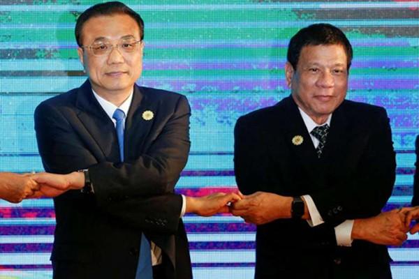 Thủ tướng Trung Quốc Lý Khắc Cường và Tổng thống Philippines Rodrigo Duterte chụp ảnh lưu niệm cùng các lãnh đạo tại hội nghị ASEAN+3 ở Vientiane, Lào, tháng trước. Ảnh: Reuters