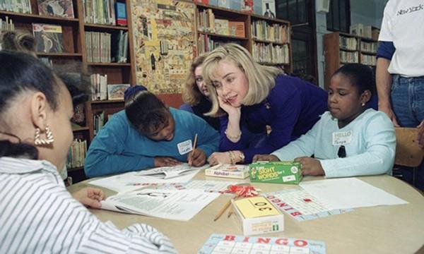 Bà Hillary Clinton gặp gỡ các học sinh thuộc một trường công lập ở New York vào năm 1993. Ảnh: AP