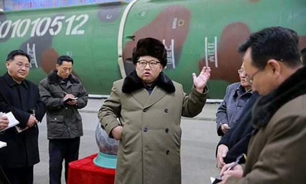 Nhà lãnh đạo Kim Jong-un trò chuyện với các nhà khoa học hạt nhân Triều Tiên. Ảnh:Reuters.