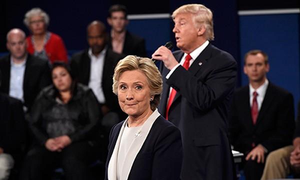 Bà Clinton và ông Trump trong cuộc tranh luận thứ hai. Ảnh: Reuters
