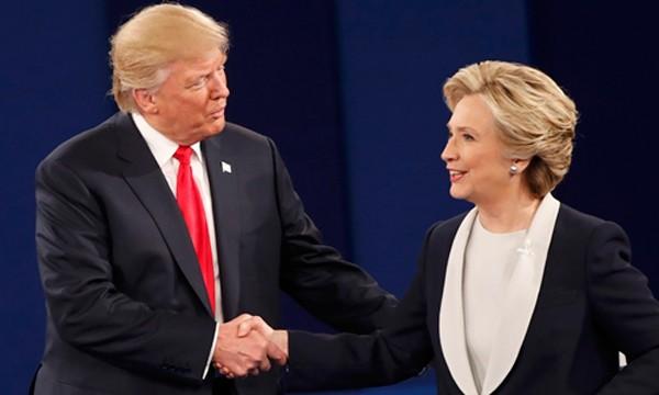 Donald Trump và Hillary Clinton bắt tay nhau khi cuộc tranh luận kết thúc. Ảnh:Reuters.