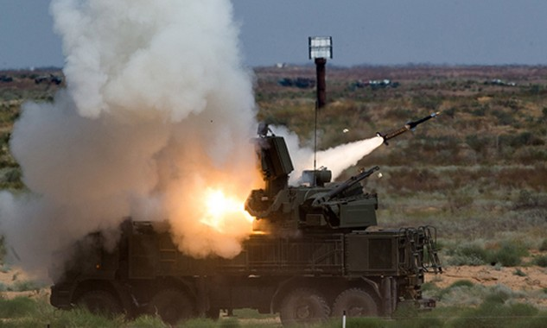 Một hệ thống pháo - tên lửa phòng không Pantsir khai hỏa. Ảnh: TASS.