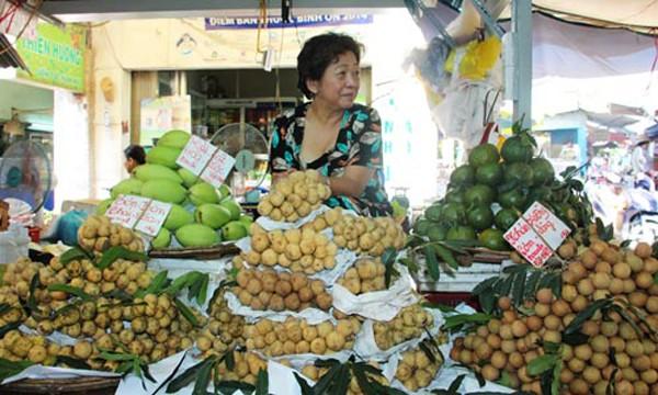 Trái cây Thái bán đầy chợ Việt. Ảnh: Hồng Châu.