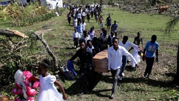 Haiti chôn nạn nhân bão Matthew, khi nước này quốc tang ba ngày. Ảnh: Reuters