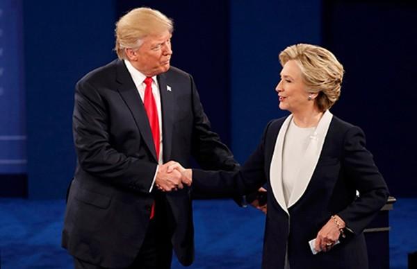 Ông Donald Trump và bà Hillary Clinton bắt tay sau khi phiên tranh luận kết thúc. Ảnh: Reuters