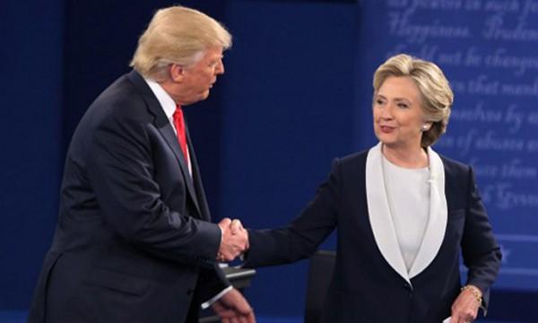 Bà Clinton (phải) tỏ ra tự tin hơn ông Trump trong cuộc tranh luận lần hai. Ảnh:AFP
