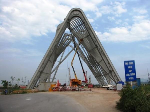 Công trường thi công Cổng chào tỉnh Quảng Ninh. Ảnh: Minh Cương