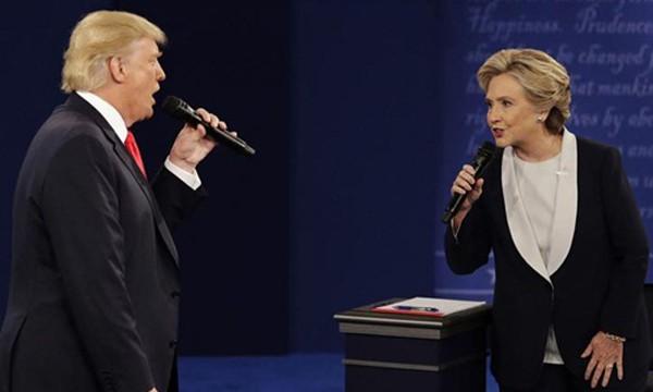Ứng viên đảng Cộng hòa Donald Trump và ứng viên đảng Dân chủ Hillary Clinton công kích nhau trong cuộc tranh luận thứ hai. Ảnh:AP
