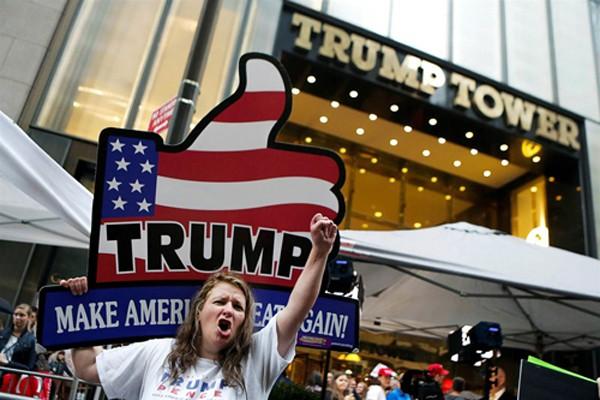 Người ủng hộ Donald Trump bên ngoài tòa tháp Trump ở New York hôm chủ nhật. Ảnh: Reuters