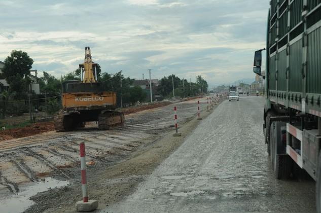 Dự án Đầu tư xây dựng mở rộng Quốc lộ 1, đoạn qua tỉnh Quảng Ngãi có nhiều gói thầu giá trị lớn được chỉ định thầu. Ảnh: Lê Tiên