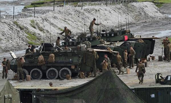 Lính Mỹ bên cạnh các xe thiết giáp hạng nhẹ chuẩn bị tập trận bắn đạn thật với Philippines hôm 10/10. Ảnh: AFP.