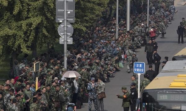 1.000 cựu chiến binh Trung Quốc biểu tình bên ngoài trụ sở Bộ Quốc phòng. Ảnh:Global Times.