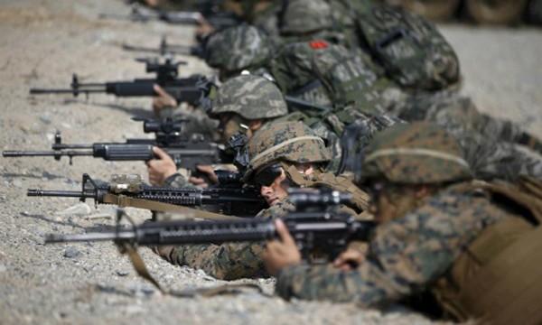 Lính thủy đánh bộ Mỹ và Hàn Quốc trong cuộc tập trận ở Pohang tháng 3/2015. Ảnh:Reuters