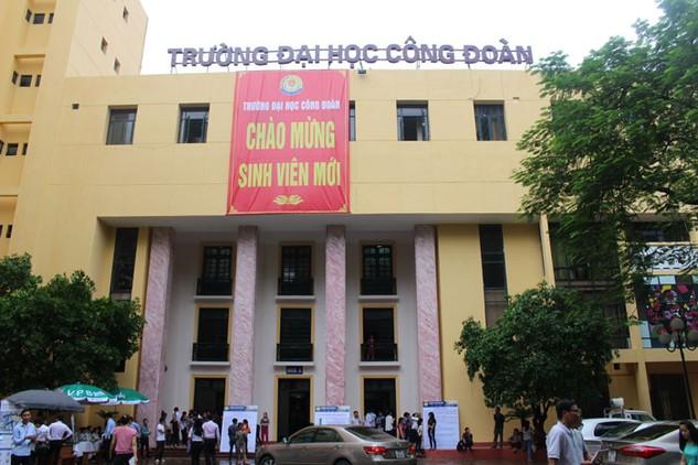 Phó Trưởng ban Ban QLDA Trường Đại học Công đoàn (Hà Nội) cho biết, có 11 nhà thầu đến mua HSMT vào sáng ngày 27/9/2016 nhưng chỉ có 5 bộ hồ sơ để bán. Ảnh: Bích Thảo