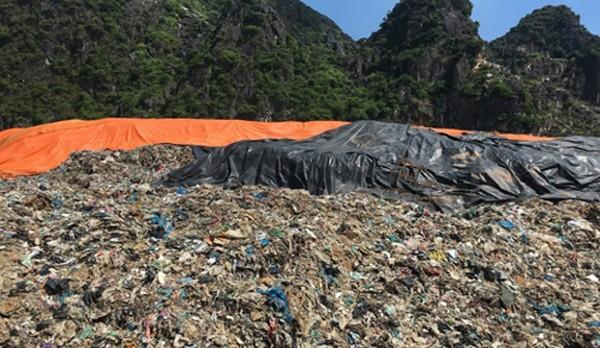 Rác thải chất cao như núi ở bãi rác Đông Nam. Ảnh: Lam Sơn.